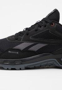 Reebok - RIDGERIDER 5.0 - Zapatillas de running neutras - black/grey/merlot - 5