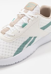 Reebok - REAGO ESSENTIAL 2.0 - Sportovní boty - white/modern beige/green slash - 5
