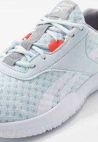 Reebok - REAGO ESSENTIAL 2.0 - Sportovní boty - glass blue/white/vivid orange - 5