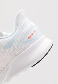 Reebok - SPEED BREEZE 2.0 - Obuwie do biegania treningowe - white/glas blue/vivid orange - 5