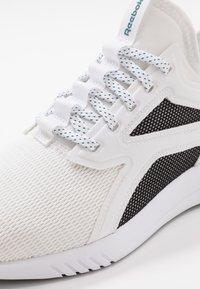 Reebok - FREESTYLE MOTION - Chaussures d'entraînement et de fitness - white/black/hero teal - 5