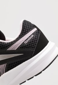 Reebok - ENDLESS ROAD 2.0 - Obuwie do biegania treningowe - black/white/pix pink - 5