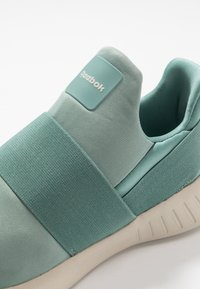 Reebok - LITE SLIP ON - Obuwie do biegania treningowe - green slate/stucco