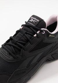 Reebok - RIDGERIDER 5 GTX - Běžecké boty do terénu - black/pix pink - 5