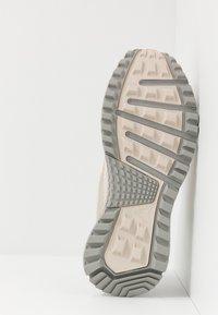 Reebok - SAWCUT 7.0 GTX - Běžecké boty do terénu - stucco - 4
