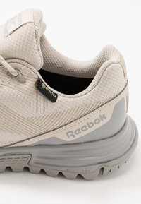 Reebok - SAWCUT 7.0 GTX - Běžecké boty do terénu - stucco - 5