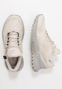 Reebok - SAWCUT 7.0 GTX - Běžecké boty do terénu - stucco - 1