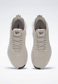 Reebok - REEBOK INTERRUPTED SOLE SHOES - Løbesko stabilitet - beige - 1