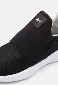 Reebok - LITE SLIP 2.0 - Obuwie do biegania treningowe - black/pure grey two/glasspink - 5