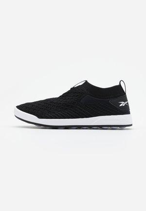 EVER ROAD DMX SLIP ON  - Walking trainers - black/white
