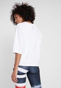 Reebok - GRAPHIC TEE - T-shirts med print - white - 2