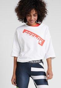 Reebok - GRAPHIC TEE - T-shirts med print - white - 0