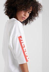 Reebok - GRAPHIC TEE - T-shirts med print - white - 4
