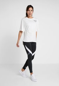 Reebok - GRAPHIC TEE - Print T-shirt - white - 1