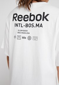Reebok - GRAPHIC TEE - Print T-shirt - white - 5