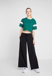 Reebok - SOLID TEE - T-shirt med print - green - 1
