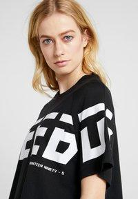 Reebok - MEET YOU THERE GRAPHIC TEE - Print T-shirt - black - 4
