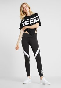 Reebok - MEET YOU THERE GRAPHIC TEE - Print T-shirt - black - 1