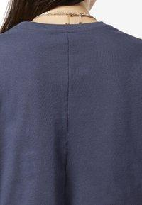 Reebok - TRAINING ESSENTIALS LINEAR LOGO CROP TEE - T-shirt print - blue - 4
