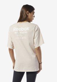 Reebok - TRAINING SUPPLY GRAPHIC TEE - Sports shirt - buff - 2