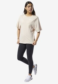 Reebok - TRAINING SUPPLY GRAPHIC TEE - Sports shirt - buff - 1