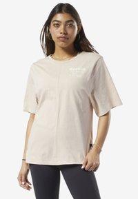 Reebok - TRAINING SUPPLY GRAPHIC TEE - Sports shirt - buff - 0