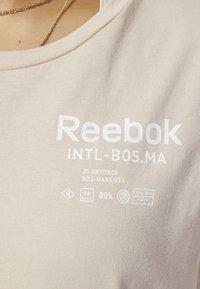 Reebok - TRAINING SUPPLY GRAPHIC TEE - Sports shirt - buff - 5