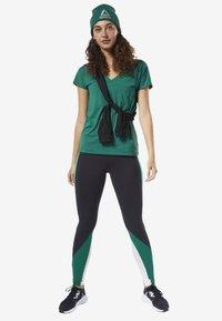 Reebok - ACTIVCHILL TEE - T-shirt basic - green - 0