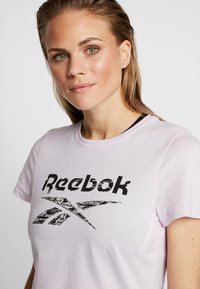 Reebok - ELEMENTS SPORT SHORT SLEEVE GRAPHIC TEE - T-shirt z nadrukiem - pink - 4
