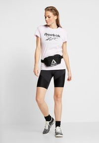 Reebok - ELEMENTS SPORT SHORT SLEEVE GRAPHIC TEE - T-shirt z nadrukiem - pink - 1