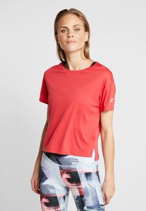 TEE SOLID - T-shirt z nadrukiem - red