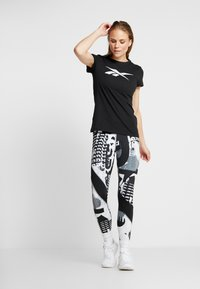 Reebok - VECTOR TEE - Print T-shirt - black - 1