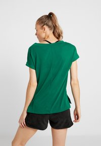Reebok - DETAIL TEE - T-shirt basique - clover green - 2