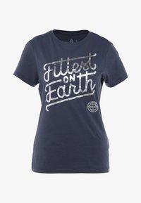 Reebok - FITTEST ON EARTH TEE - T-shirt z nadrukiem - heritage navy - 3