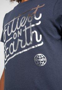 Reebok - FITTEST ON EARTH TEE - T-shirt z nadrukiem - heritage navy - 4