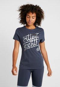 Reebok - FITTEST ON EARTH TEE - T-shirt z nadrukiem - heritage navy - 0