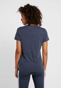 Reebok - FITTEST ON EARTH TEE - T-shirt z nadrukiem - heritage navy - 2