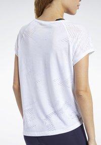 Reebok - BURNOUT TEE - Printtipaita - white - 5
