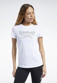 Reebok - TRAINING ESSENTIALS GRAPHIC TEE - T-shirt z nadrukiem - white - 0