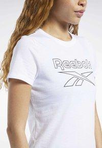 Reebok - TRAINING ESSENTIALS GRAPHIC TEE - T-shirt z nadrukiem - white - 3