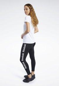 Reebok - TRAINING ESSENTIALS GRAPHIC TEE - T-shirt z nadrukiem - white - 1