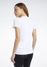 Reebok - TRAINING ESSENTIALS GRAPHIC TEE - T-shirt z nadrukiem - white - 2