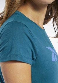 Reebok - VECTOR GRAPHIC TEE - T-shirt z nadrukiem - heritage teal - 4