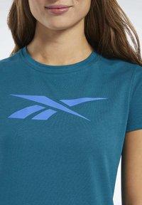 Reebok - VECTOR GRAPHIC TEE - T-shirt z nadrukiem - heritage teal - 3
