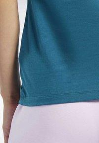 Reebok - VECTOR GRAPHIC TEE - T-shirt z nadrukiem - heritage teal - 5