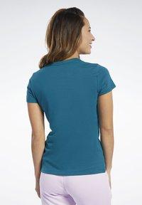 Reebok - VECTOR GRAPHIC TEE - T-shirt z nadrukiem - heritage teal - 2