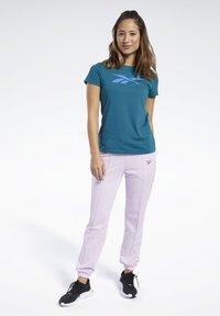 Reebok - VECTOR GRAPHIC TEE - T-shirt z nadrukiem - heritage teal - 1