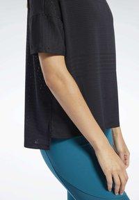 Reebok - PERFORATED TEE - T-shirts med print - black - 5