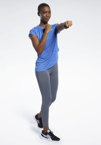 Reebok - WORKOUT READY ACTIVCHILL TEE - T-shirts med print - blue - 1
