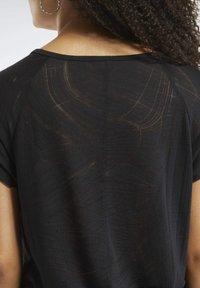 Reebok - BURNOUT TEE - T-shirt z nadrukiem - Black - 5